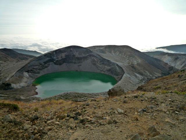 緑色の水をたたえる御釜.jpg